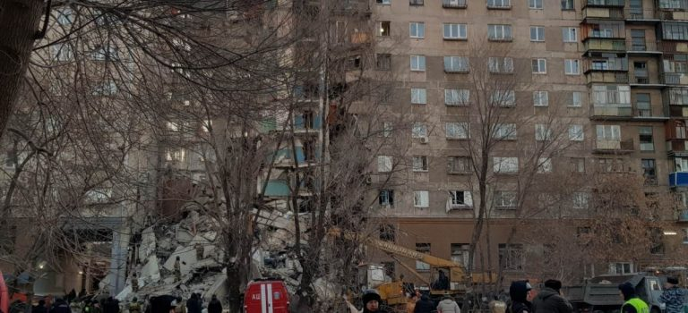 От взрыва дома в РФ рухнул целый подъезд, введено ЧП: фото