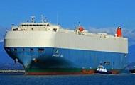 В Тихом океане горит грузовое судно