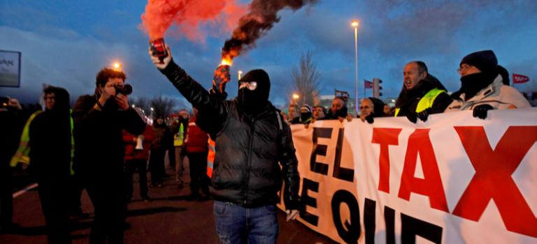 Шины горят. В Испании около 30 тысяч таксистов вышли на забастовку против Uber