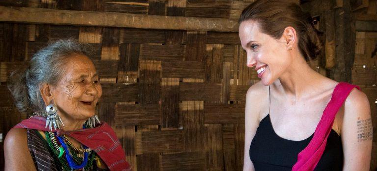 Анджелина Джоли приехала к бежавшим от чисток мусульманам: видео