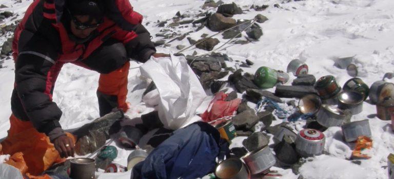 Превратили в свалку: Китай закрыл свой подход к Эвересту — видео