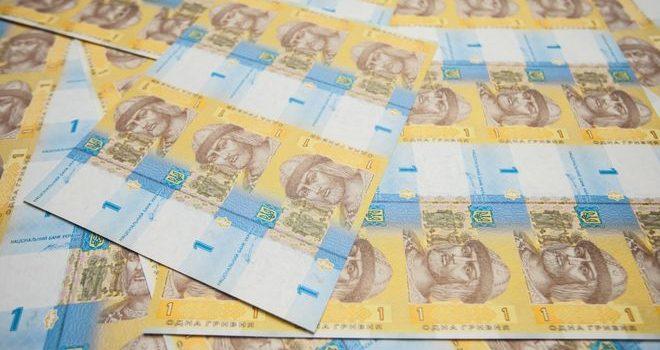 Нацбанк показал новые деньги и выбросил на рынок партию рулонов банкнот