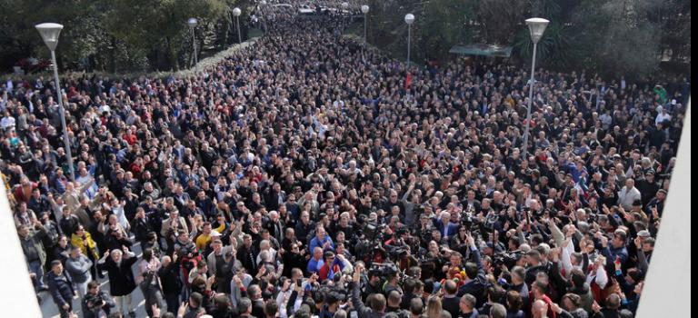 Тысячи жителей Албании вышли на протест с требованием отставки правительства
