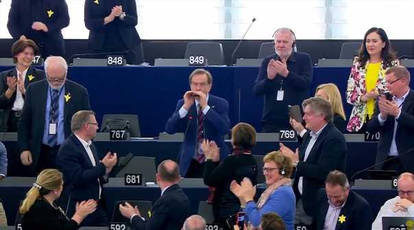 Депутат в Европарламенте сыграл на губной гармошке: видео