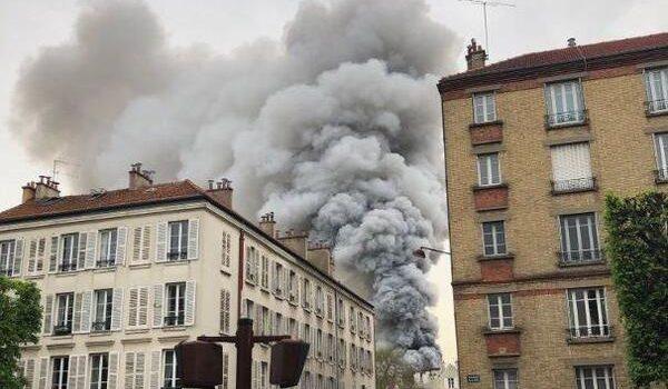 В Париже вспыхнул пожар возле Версаля: первые видео с места ЧП