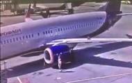 Работник аэропорта сыграл в  футбол  у самолета