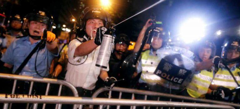 Полиция Гонконга применила газ против протестующих, которые пытались штурмовать парламент