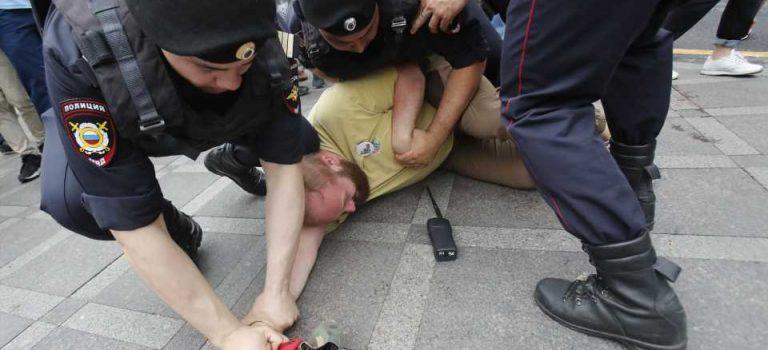 Марш вподдержку Голунова: жесткие задержания участников митинга вМоскве— подборка видео