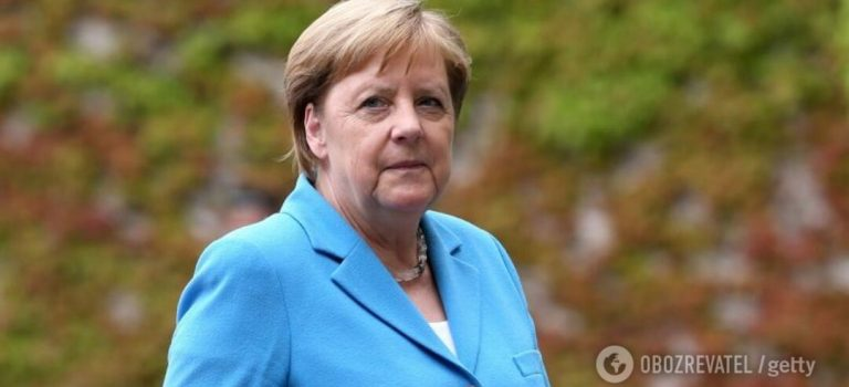 Серьезно больна? Стало известно, что шептала Меркель во время приступа